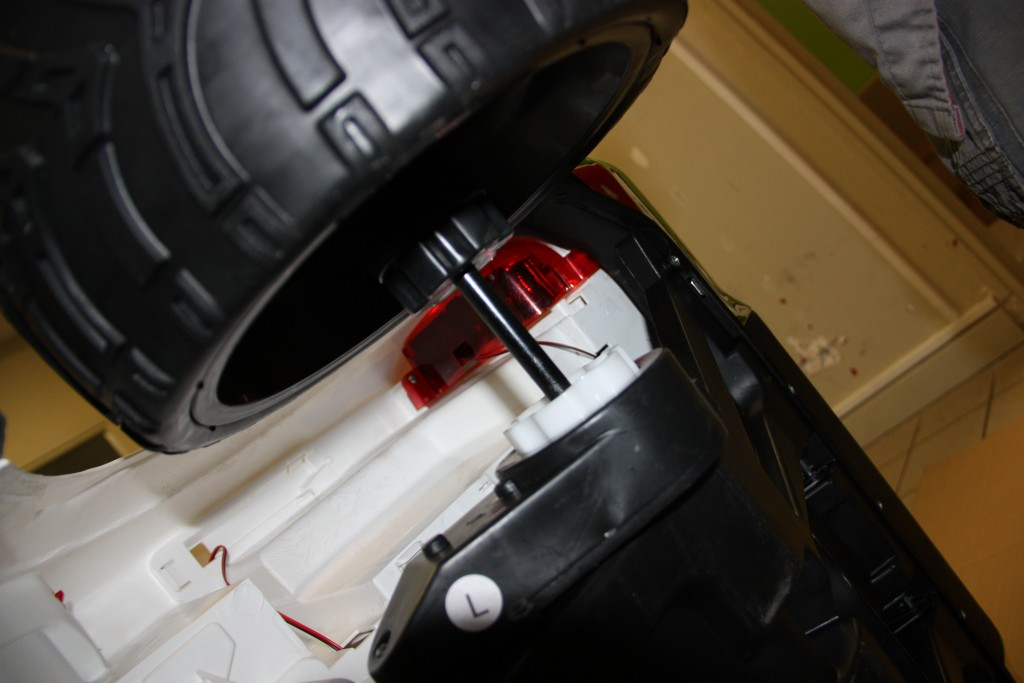 Vue roue arrière et moteur 35 watts ford ranger électrique pour enfant